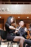 Violinista femminile dell'università di xiamen nella prestazione Fotografia Stock