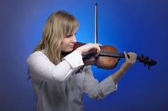 Violinista femminile sveglio Fotografia Stock Libera da Diritti