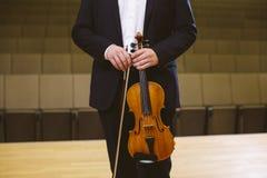 Violinista Image de un violinista del hombre en una sala de conciertos Los jóvenes Imagen de archivo