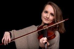 Violinista maravilloso que mira fijamente la cámara Fotos de archivo