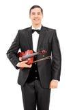 Violinista novo que guarda um violino e um levantamento Fotos de Stock