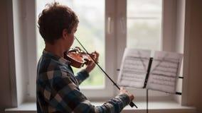 Violinista Plays almacen de metraje de vídeo