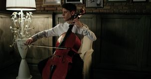 Violinista Plays Beautifully At el comensal romántico 4K Plan general Epopeya roja metrajes