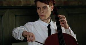 Violinista Plays Beautifully At el comensal romántico 4K Retrato Cámara lenta Epopeya roja almacen de video