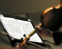 Violinista que juega música de hoja Imágenes de archivo libres de regalías