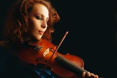 Violinista que toca el violín Foto de archivo libre de regalías