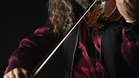 Violinista talentoso joven que crea música con su violín almacen de metraje de vídeo