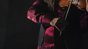 Violinista talentoso joven que crea música con su violín metrajes