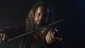 Violinista talentoso novo que cria a música com seu violino video estoque
