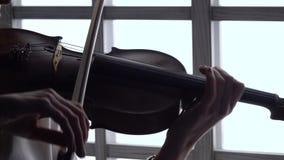 Violinista uma composição musical em um violino no fundo da janela Fim acima filme