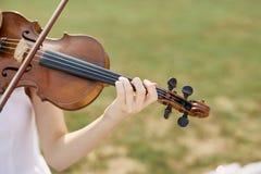 Violinista Woman Jovem mulher que joga um violino foto de stock royalty free