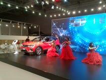 Violinistas em vestidos vermelhos Salão de beleza internacional 2018 do automóvel de Moscou foto de stock