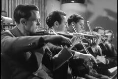 Violinistas que juegan en orquesta metrajes