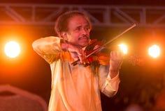 ViolinistDr L Subramiam som utför i Indien royaltyfri foto