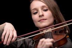 Violinistfrau mit einem Nasenpiercingspielen Stockfotografie