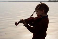 Violinistjunge draußen lizenzfreie stockfotografie