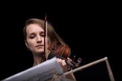 Violinistlesemusikergebnis und -c$spielen Stockfoto