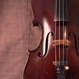 Violino antico contro il fondo grigio del tessuto, quadrato immagini stock