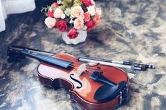 Violino com o potenciômetro da curva e de flores Foto de Stock