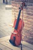 Violino com parede de tijolo, vintage filtrado Imagem de Stock