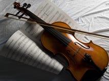 Violino con lo strato di musica dell'arco Immagini Stock Libere da Diritti