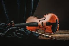 Violino da tabela em uma vida velha ainda Imagens de Stock