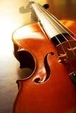 Violino de madeira com luz do sol Fotos de Stock Royalty Free