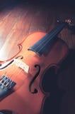 Violino de madeira na superfície da madeira Imagens de Stock