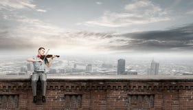 Violino del gioco dell'uomo Immagine Stock