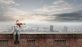 Violino del gioco dell'uomo Fotografia Stock Libera da Diritti
