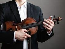 Violino della tenuta del violinista dell'uomo Arte di musica classica Fotografie Stock Libere da Diritti