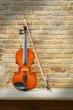 Violino di natura morta con il muro di mattoni Fotografie Stock