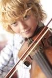 Violino di pratica del ragazzo nel paese Fotografia Stock