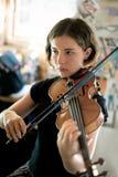 Violino di pratica della donna abbastanza giovane Fotografie Stock Libere da Diritti