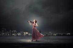 Violino do jogo da mulher imagens de stock royalty free