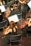Violino do jogo do músico Violinista fêmea que joga o stringst do violino na fase do concerto closeup Fotografia de Stock