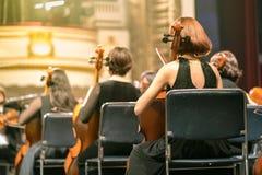 Violino do jogo do músico Violinista fêmea que joga o stringst do violino na fase do concerto closeup Imagens de Stock Royalty Free