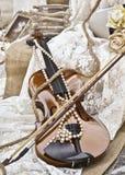 Violino do vintage do Sepia - decoração do casamento fotografia de stock
