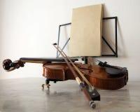 Violino e curva na tabela de mármore com um suporte de música Foto de Stock Royalty Free