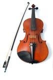 Violino e curva no fundo branco imagens de stock