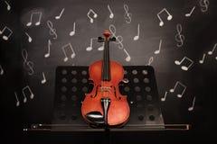 Violino e notas velhos clássicos Fotografia de Stock