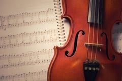 Violino e notas velhos clássicos Imagem de Stock