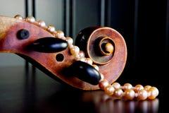 Violino e perle dentellare Fotografia Stock Libera da Diritti