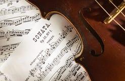 Violino e punteggi Fotografia Stock Libera da Diritti