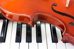 Violino e teclado de piano imagens de stock