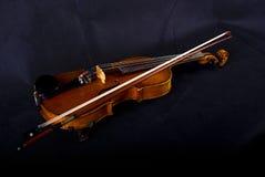 Violino ed arco sul nero Immagini Stock Libere da Diritti