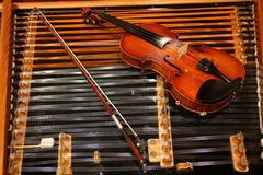 Violino em um cimbalom Imagem de Stock