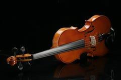 Violino em um fundo preto imagens de stock royalty free