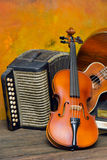 Violino, guitarra e livros no fundo de madeira da ainda-vida Foto de Stock