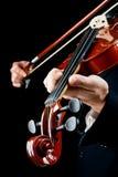 Violino jogado pelo músico foto de stock